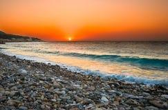 Sonnenuntergang am Mittelmeerstrand Stockbild