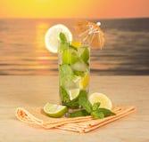 Sonnenuntergang Mojito in einem Glas Stockbilder