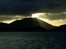 Sonnenuntergang Mountian Strahlen Stockfoto