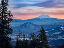 Sonnenuntergang an Mt shasta stockbild