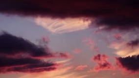 Sonnenuntergang-mysteriöse brennende Wolken dunkel stock video footage