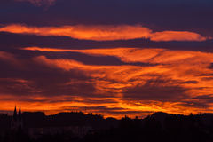 Sonnenuntergang-Mystiker - mit Kirche und Dorf Stockbild