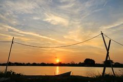 Sonnenuntergang 0n der See am Stadtrand von Bangkok ein schönes Foto herstellend Lizenzfreie Stockfotos