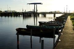 Sonnenuntergang nahe einer Brücke in Fluss Oude IJssel Lizenzfreies Stockbild