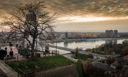 Sonnenuntergang in Novi Sad mit großer Uhr stockfoto
