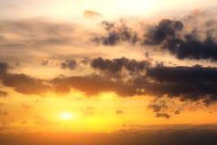 Sonnenuntergang oder Sonnenaufgang mit Wolken, hellen Strahlen und anderem atmosphärischem Effekt stockbilder