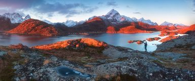 Sonnenuntergang- oder Sonnenaufgangpanoramablick auf erstaunlichen Bergen in Lofoten-Inseln, Norwegen, Gebirgsk?stenlandschaft, n lizenzfreie stockfotografie