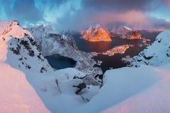 Sonnenuntergang- oder Sonnenaufgangpanoramablick auf erstaunlichen Bergen in Lofoten-Inseln, Norwegen, Gebirgsk?stenlandschaft, n stockfoto