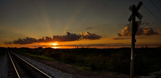 Sonnenuntergang in Ohio an einem Bahnübergang Lizenzfreie Stockfotografie