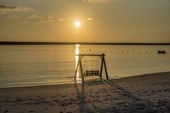 Sonnenuntergang in Oman mit Ansicht des Schwingens lizenzfreie stockbilder