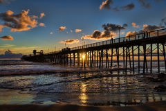 Sonnenuntergang am Ozeanufer-Pier Lizenzfreies Stockbild