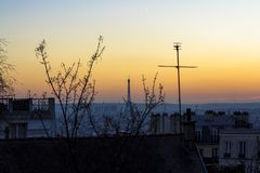 Sonnenuntergang in Paris, Ansicht des Dachs der Häuser und des Eiffelturms Ansicht von der Basilika Sacre Coeur stockfotografie