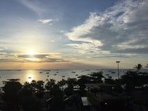 Sonnenuntergang an Pattaya-Strand in Thailand Lizenzfreies Stockfoto