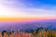 Sonnenuntergang an Pha Hou NAK von Chaiyaphum, Thailand lizenzfreie stockfotos