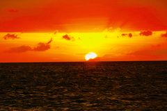 Sonnenuntergang an Puka Shell Beach Boracay Philippineâ-€™s lizenzfreie stockfotografie