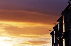 Sonnenuntergang reflektiert in den Hausfenstern Lizenzfreies Stockfoto