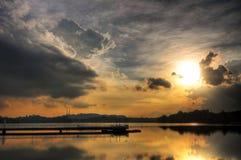 Sonnenuntergang reflektiert in einem ruhigen Reservoir Stockfotos