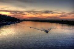 Sonnenuntergang reflektierte sich weg vom Wasser Stockbilder