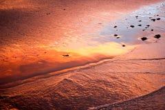 Sonnenuntergang-Reflexion auf Strand stockfotos