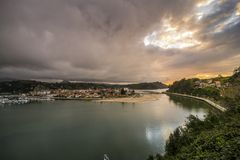 Sonnenuntergang in Ribadesella an einem bewölkten Tag Lizenzfreie Stockfotos