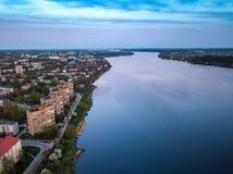 Sonnenuntergang in Riga, Latvija Ansicht von oben genanntem zu Kengarags-Bezirk stockfotografie