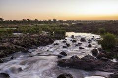 Sonnenuntergang in Sabie-Fluss in Nationalpark Kruger, Südafrika Lizenzfreie Stockfotos