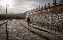 Sonnenuntergang am Samye-Kloster mit Pilger, Tibet Lizenzfreie Stockfotos