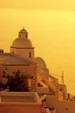 Sonnenuntergang in Santorini Insel, griechische Kirche Stockbild