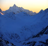 Sonnenuntergang in schneebedecktem mt, Elbrus Bereich, Nordkaukasus Stockfotos