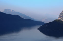 Sonnenuntergang am See in den italienischen Alpen Lizenzfreies Stockfoto
