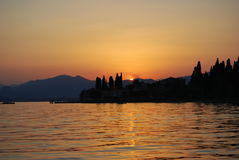 Sonnenuntergang in See Garda lizenzfreie stockfotografie