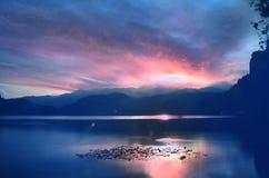 Sonnenuntergang am See geblutet, Slowenien Lizenzfreie Stockfotografie