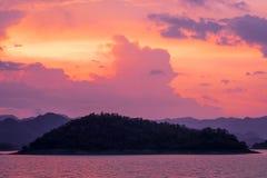 Sonnenuntergang am See mit Gebirgsraserei Stockfotos