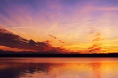 Sonnenuntergang am See Starnberg lizenzfreie stockbilder
