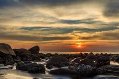 Sonnenuntergang am Seestrand Lizenzfreies Stockbild