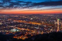 Sonnenuntergang an Seoul-Stadt und im Stadtzentrum gelegene Skyline in Seoul, Südkorea Lizenzfreie Stockfotos