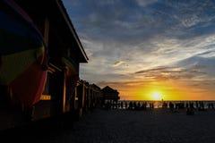 Sonnenuntergang an setzt ihm im Sommer auf den Strand stockfotos