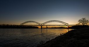 Sonnenuntergang in Sherman Minton Bridge - im Ohio, in Louisville, in Kentucky u. in neuem Albanien, Indiana Stockbild