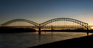 Sonnenuntergang in Sherman Minton Bridge - im Ohio, in Louisville, in Kentucky u. in neuem Albanien, Indiana Stockbilder