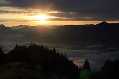 Sonnenuntergang/Sonnenaufgang in den Bergen Stockbild