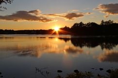 Sonnenuntergang-Sonnenaufgang durch den Ozean Stockbild