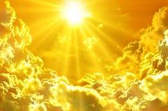 Sonnenuntergang/Sonnenaufgang mit Wolken, hellen Strahlen und anderem atmosphärischem e Stockfotos