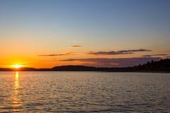 Sonnenuntergang-Sonnenlicht-Wasser-Reflexion des goldener Sonnenuntergangs-bunten blauen Himmels des hellen Sonnenscheins lizenzfreie stockbilder