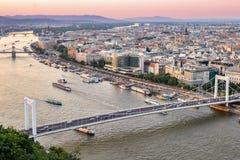 Sonnenuntergang-Stadt-Fluss Osteuropa lizenzfreies stockfoto