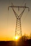 Sonnenuntergang-Starkstromleitungen Stockfoto