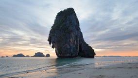 Sonnenuntergang in Strand AO Phra Nang, Andaman-Meer, Krabi, Thailand lizenzfreies stockfoto