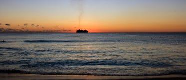 Sonnenuntergang am Strand in Barbados-Insel, karibisch lizenzfreies stockfoto