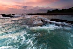 Sonnenuntergang an Strand Indonesiens Bali stockfotos