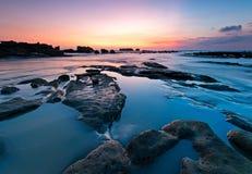 Sonnenuntergang an Strand Indonesiens Bali lizenzfreie stockfotografie