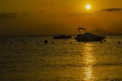 Sonnenuntergang am Strand Murcia, Spanien lizenzfreie stockbilder